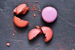 板岩表面上的五颜六色的macarons 免版税库存照片