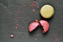 板岩表面上的Macarons 库存照片