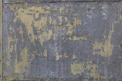 板料老,损坏被被镀锌的钢腐蚀与斑点的剥落,退色的黄绿油漆 您的背景 免版税库存图片