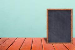 黑板木框架、黑板标志菜单在木桌上和葡萄酒致冷机背景 库存图片