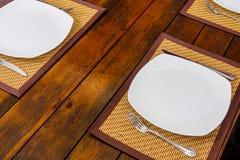 板材和利器在桌上 免版税库存照片