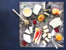板材在大理石委员会的开胃小菜快餐 免版税库存照片