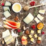 板材在大理石委员会的开胃小菜快餐 免版税图库摄影