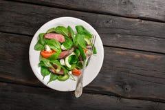 板材用与叉子的烤肉沙拉 库存图片