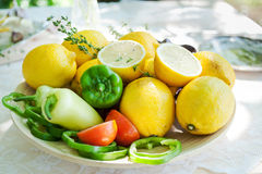 板材用五颜六色的胡椒、柠檬和麝香草 库存照片