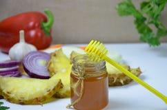 板材用传统蜂蜜烘烤了火腿、水果和蔬菜,隔绝在白色 免版税库存图片