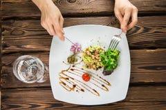 板材用在一张木桌上的沙拉 免版税库存照片