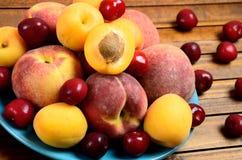 板材用在桌上的品种果子 免版税库存图片