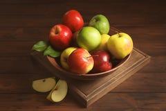 板材用成熟水多的苹果 免版税库存图片