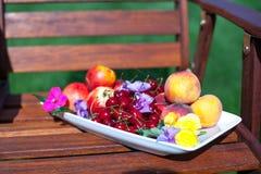板材用新鲜水果和花在木 免版税图库摄影