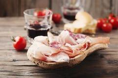 板材用火腿、烟肉、蒜味咸腊肠和面包 免版税库存图片