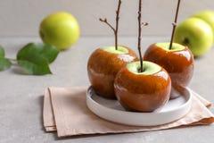 板材用美味绿色焦糖苹果 图库摄影