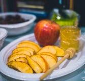 板材用苹果和蜂蜜庆祝的 库存照片