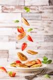 板材用荷兰微型薄煎饼叫poffertjes和飞行成份 库存照片