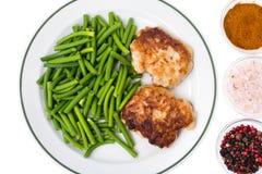 板材用青豆和肉在白色背景,顶视图 免版税库存照片