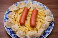 板材用食物,香肠,饺子,面团 库存图片