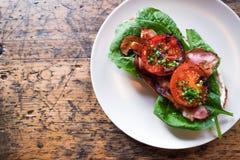 板材用BLT多士用烤蕃茄、烟肉、莴苣和s 免版税库存照片