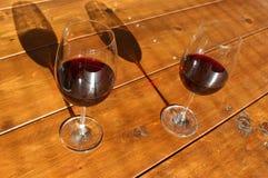 板材用parmigiana regiano乳酪和红酒 库存照片