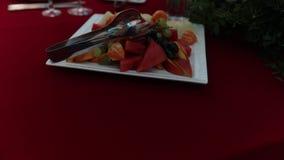 板材的慢动作用新鲜水果在餐馆,站立在桌上 股票录像