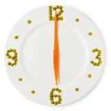 从板材的晚餐的时期, сlock,红萝卜和绿豆 免版税库存图片