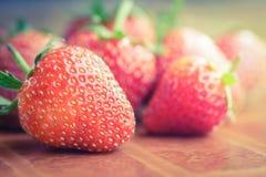 板材的红色草莓地方,葡萄酒口气 库存照片