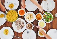 板材顶视图用在桌上的另外食物 免版税库存图片