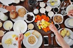 板材顶视图用在桌上的另外食物 库存照片