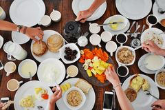 板材顶视图用在桌上的另外食物 库存图片