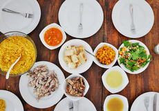 板材顶视图用在桌上的另外食物 图库摄影