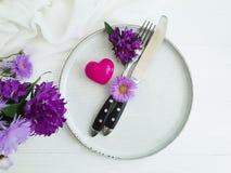 板材,叉子,刀子花菊花,言情葡萄酒美丽的邀请响铃,在木背景的心脏 库存照片