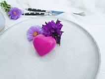 板材,叉子,刀子菊花,言情葡萄酒美丽的邀请响铃,在木背景的心脏 图库摄影