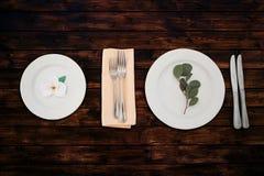 板材,叉子,在一张木桌上的刀子 库存照片