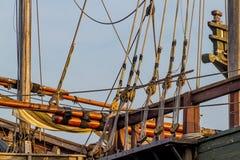 板条、绳索、滑轮、一艘老1400's时代帆船的复制品的滑车和索具 库存照片