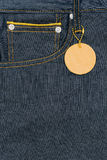 板条在口袋蓝色牛仔裤牛仔布的皮革标签 库存照片