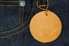 板条在蓝色牛仔裤的皮革标签 免版税库存照片