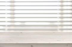 从板条的木桌在窗口有软百叶帘背景 免版税图库摄影