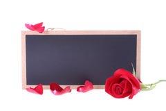 黑板标志空白与红色玫瑰的正文消息 图库摄影