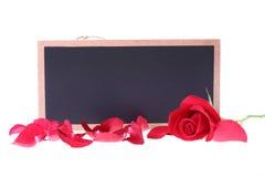 黑板标志空白与红色玫瑰的正文消息 免版税库存图片