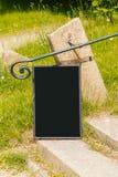 黑板框架在公园 库存照片