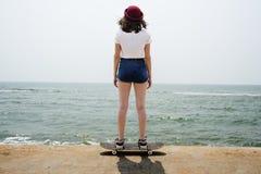 滑板消遣追求夏天海滩假日概念 库存照片