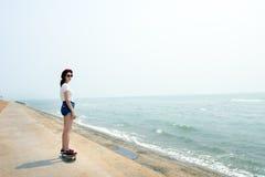滑板消遣追求夏天海滩假日概念 免版税库存图片