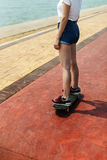 滑板消遣追求夏天海滩假日概念 免版税图库摄影