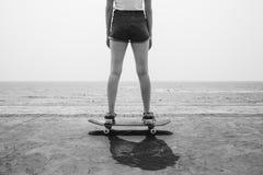滑板消遣追求夏天海滩假日 库存照片