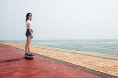滑板消遣追求夏天海滩假日 库存图片