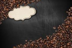 黑板用咖啡豆和标签 免版税图库摄影