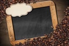 黑板用咖啡豆和标签 免版税库存图片