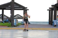 滑板的一个十几岁的女孩 免版税图库摄影
