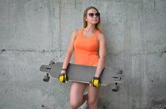滑板的女孩 图库摄影