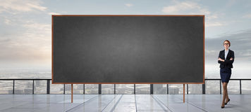 黑板的妇女 免版税库存照片