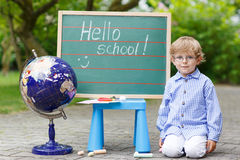 黑板的小男孩,回到学校概念 免版税库存图片